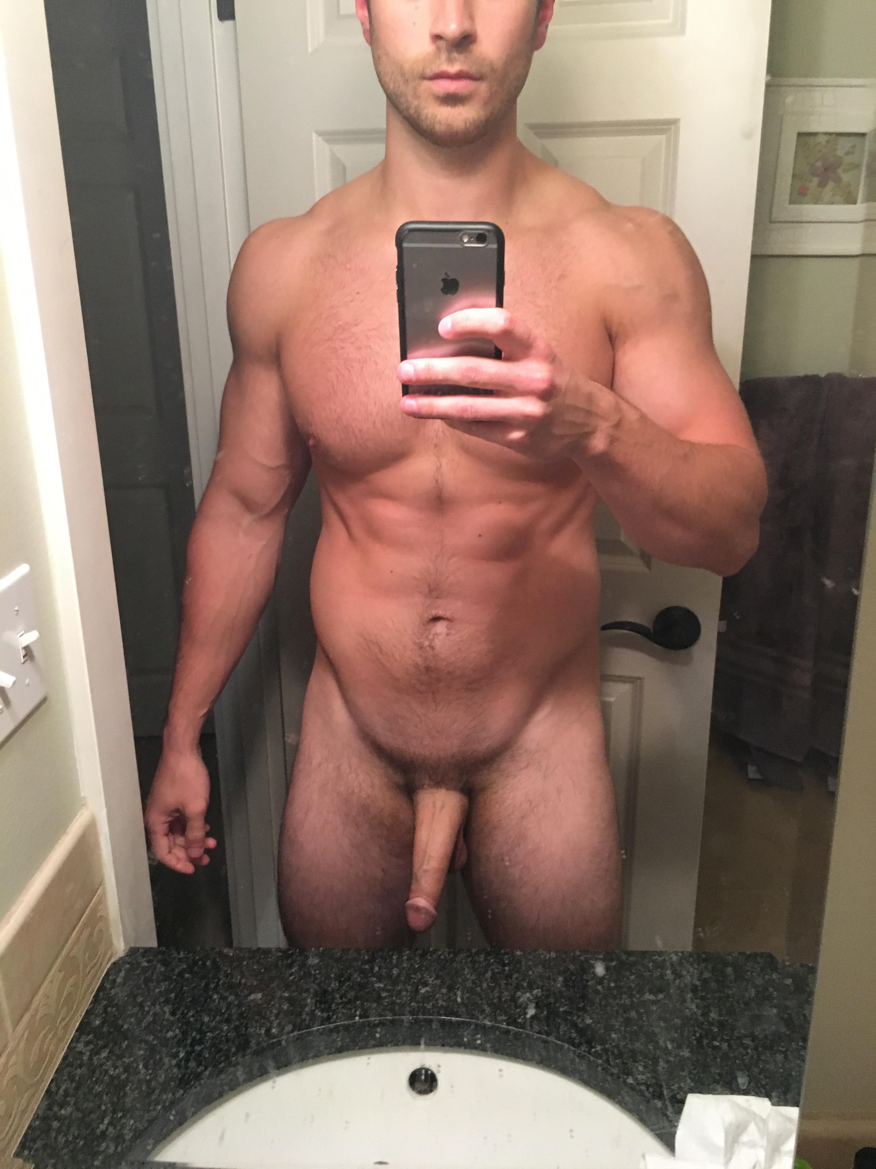 Selfie bite au repos dans salle de bain
